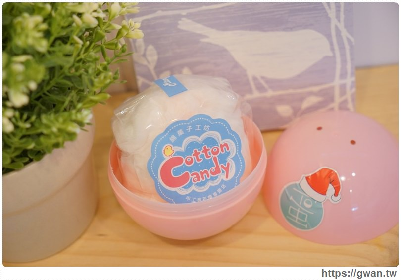 [台南美食●中西區] 蛋。甜點扭蛋機 —  吃什麼甜點靠運氣 | 世界第一座火箭筒甜點扭蛋機