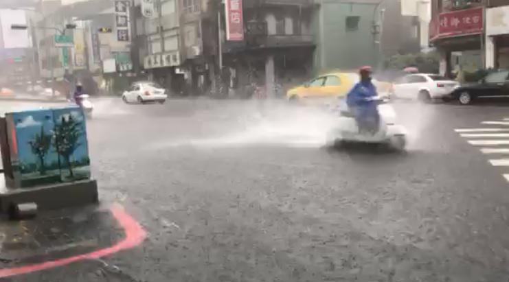 中南部大雨持續到周五,低窪地區請慎防淹水,出門注意安全!