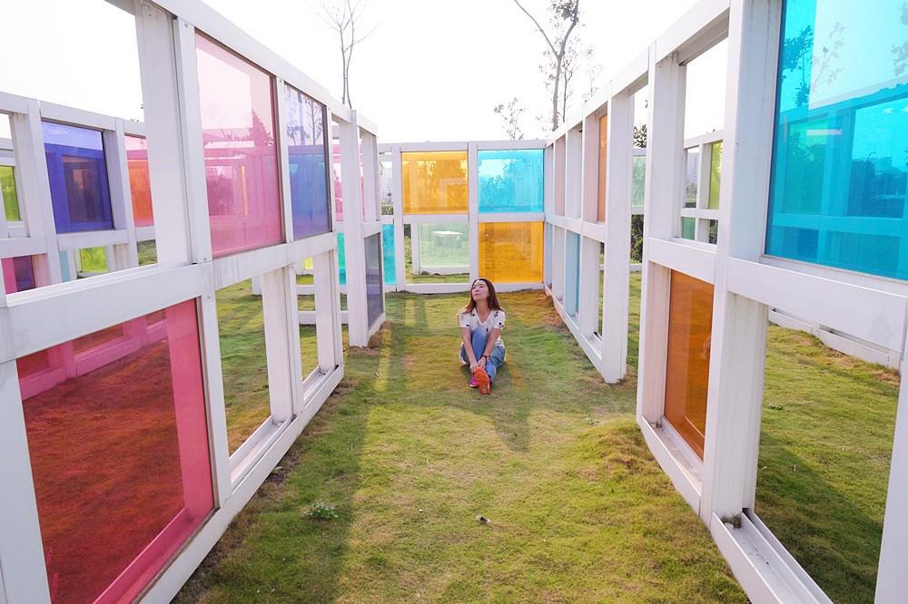 台中最新彩色玻璃迷宮   水湳普普風濾色地景裝置藝術,逛逢甲夜市前順遊景點