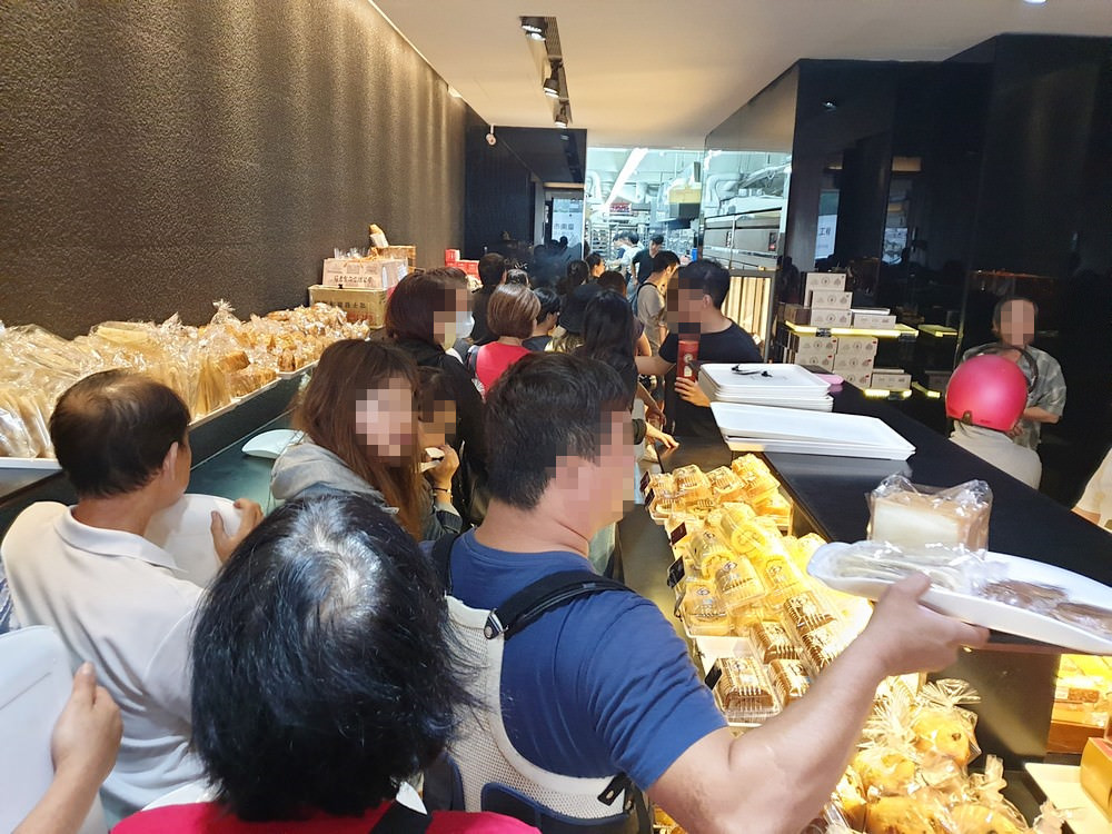 台南伴手禮 葡吉麵包店   史上最誇張麵包店,居然出動警衛維持秩序,招牌羅宋真的好好吃!!