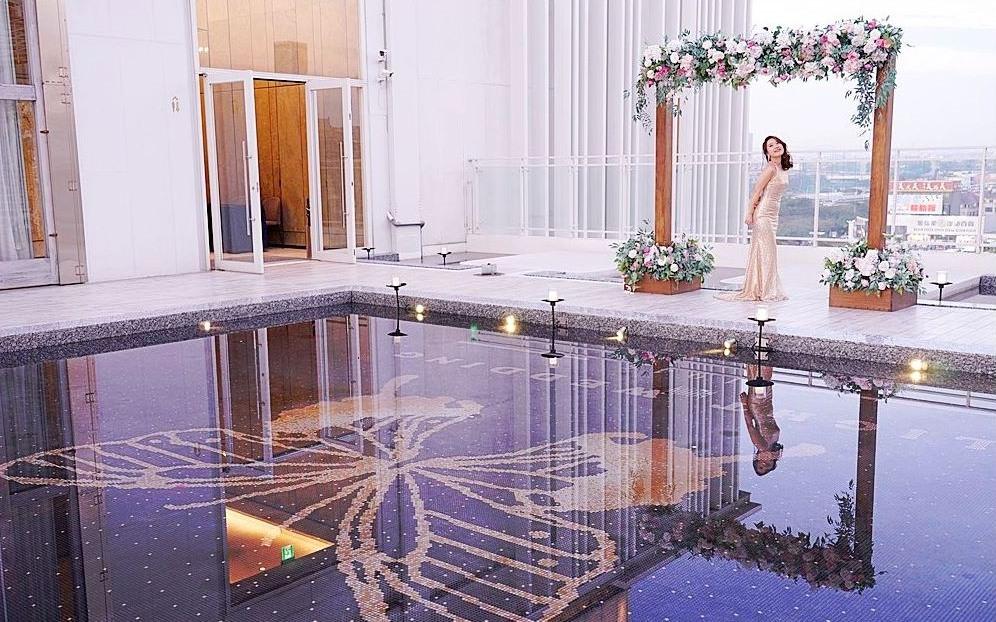 台中婚宴會館推薦 | 萊特薇庭打造全台唯一鏡面鋼琴烤漆黑色宴會廳,還有夢幻池畔證婚廣場!