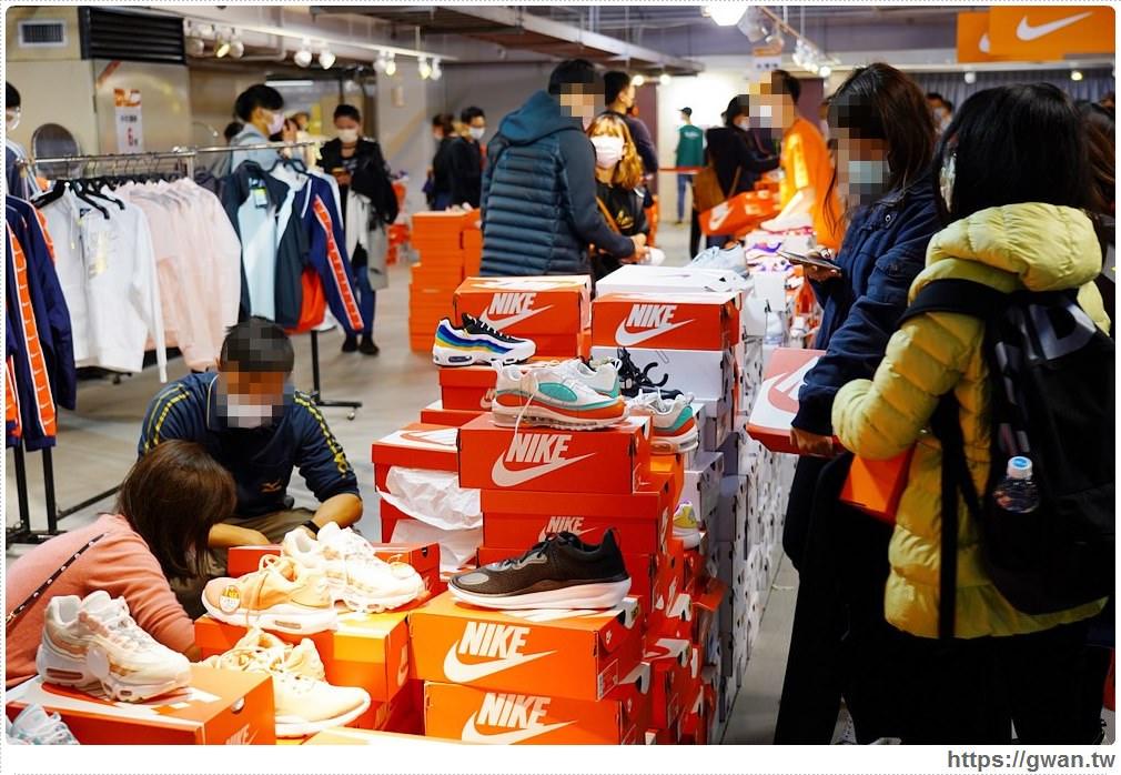 20200215141619 59 - 熱血採訪|全台獨家NIKE展示鞋清倉會在台中!人潮擠爆近200坪賣場,滿額還有星巴克買一送一