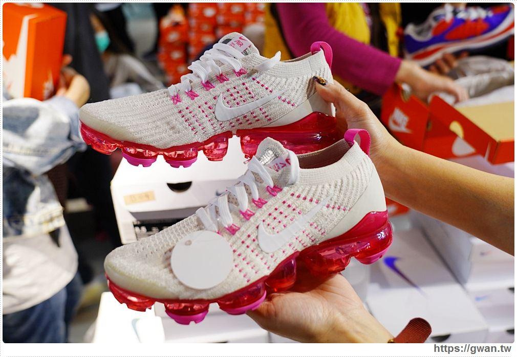 20200215141622 62 - 熱血採訪|全台獨家NIKE展示鞋清倉會在台中!人潮擠爆近200坪賣場,滿額還有星巴克買一送一